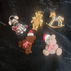 Christmas pins/brooch lot
